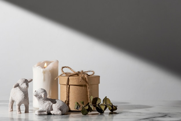 Dreikönigstagsschaffiguren mit kerze und kopierraum