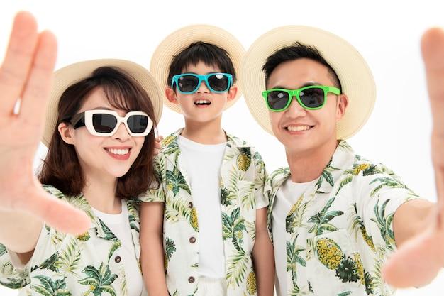Dreiköpfige familie, die ein selfie macht