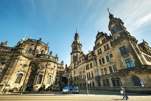 Dresden, sächsische schweiz, deutschland: eine straße im stadtzentrum und die altbauten von dresden