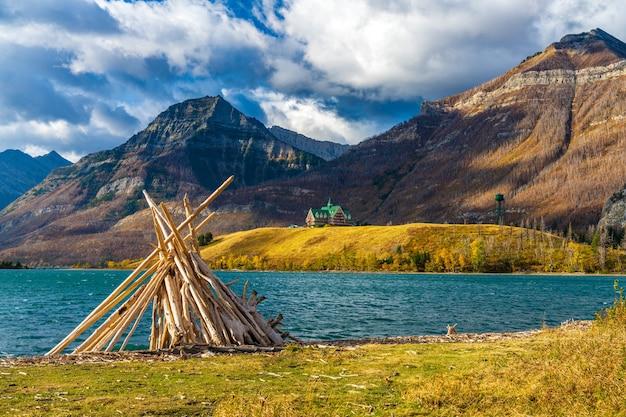 Driftwood beach, seeufer des middle waterton lake am morgen der herbstlaubsaison. wahrzeichen im waterton lakes national park, alberta, kanada.