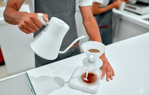 Drip-kaffee von hand, barista, die drip-kaffee zubereitet. barista brühen kaffee, methode übergießen, kaffee tropfen.