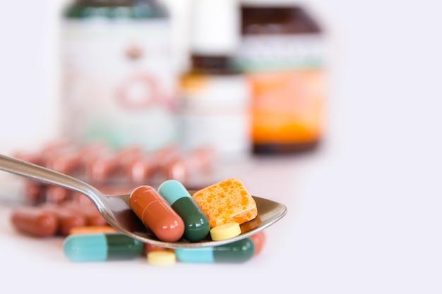 Drogen im löffel, bunt vom mundmedikations-, drogen- oder pillengesundheitswesenkonzept