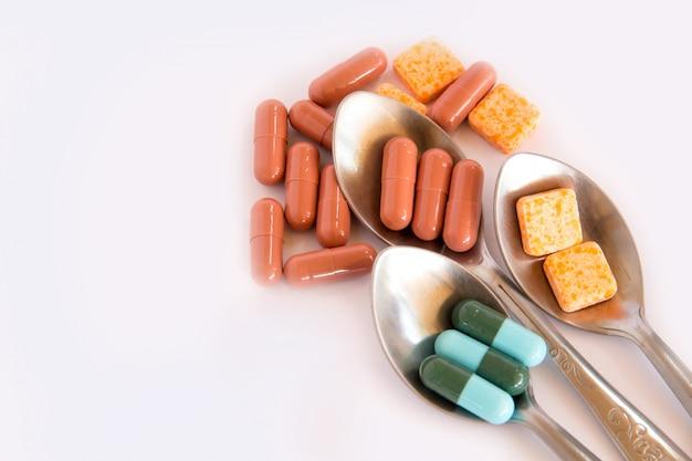 Drogen im löffel, bunt von den mundmedikationen, von drogen oder von pillengesundheitskonzept