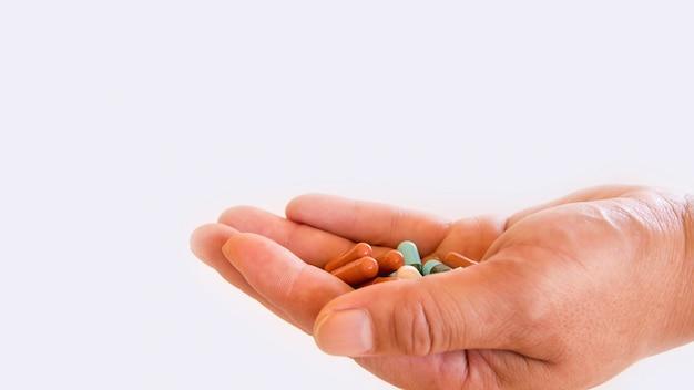 Drogen in der hand, bunt von den mundmedikationen, von drogen oder von pillengesundheitskonzept
