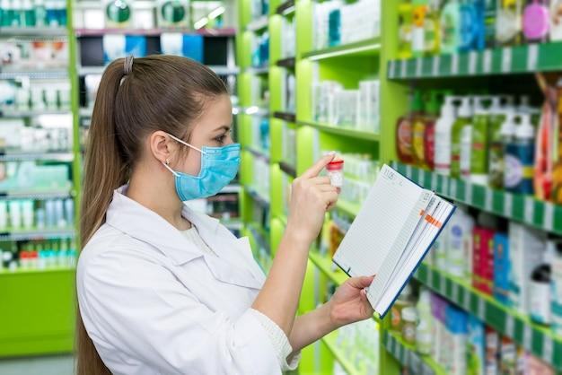 Drogist zeigt pillen von der verschreibung in der drogerie