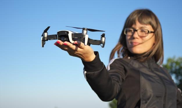 Drohne auf einer frauenhand