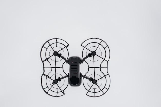 Drohne beim fliegen durch die luft. hintergrund.