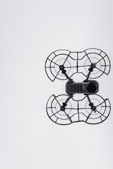 Drohne beim fliegen durch die luft