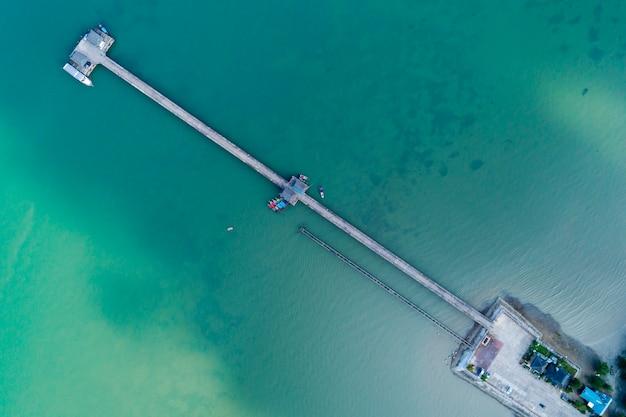 Drohne der draufsicht der luft schoss von der brücke mit bootsfischer des langen schwanzes in der sommersaison