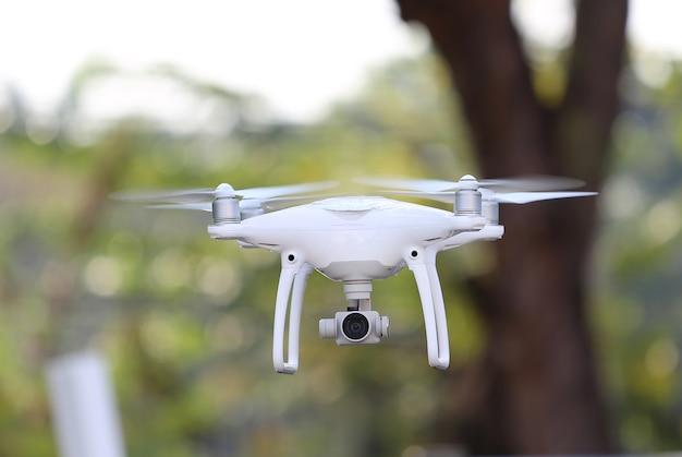Drohne, die in die luft am park fliegt
