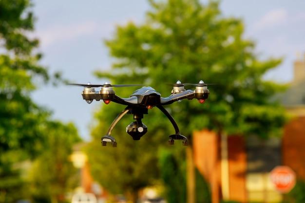 Drohne, die über stadt bei sonnenuntergang fliegt
