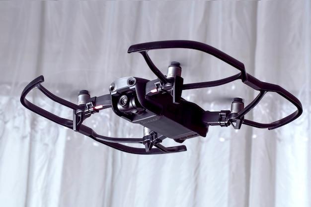 Drohne dji mavic luft, quadroopter fliegt im raum, mit schutzzubehör drauf