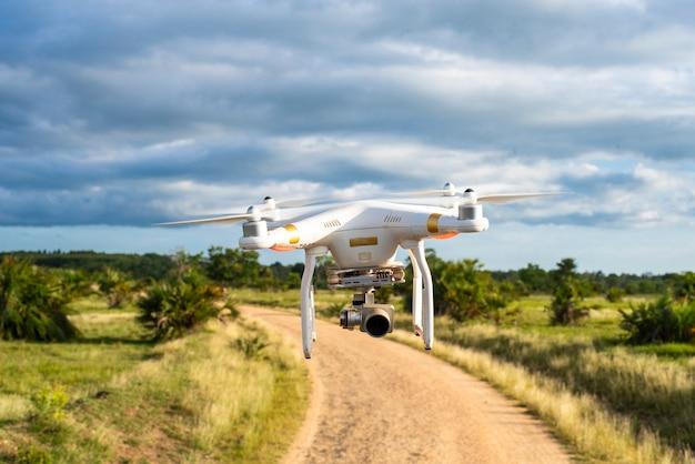 Drohne fliegt auf niedrigem niveau