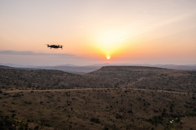 Drohne fliegt über die hügel mit dem schönen sonnenuntergang in kenia, nairobi, samburu