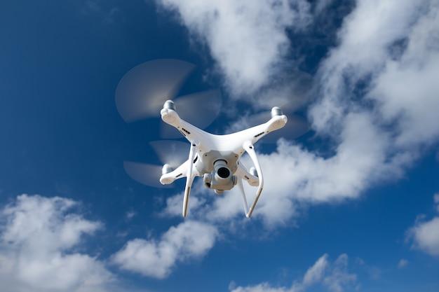 Drohne fliegt über meer.