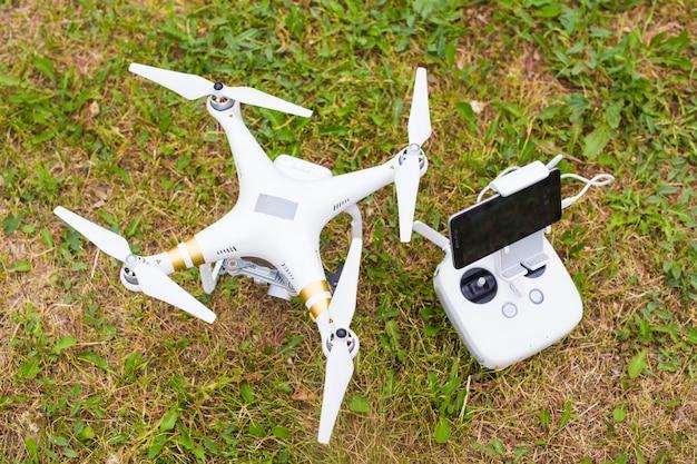 Drohne liegt im gras