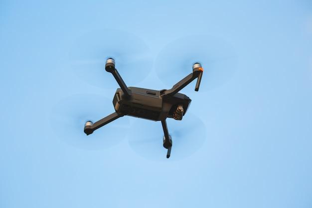 Drohne mit blauem himmel