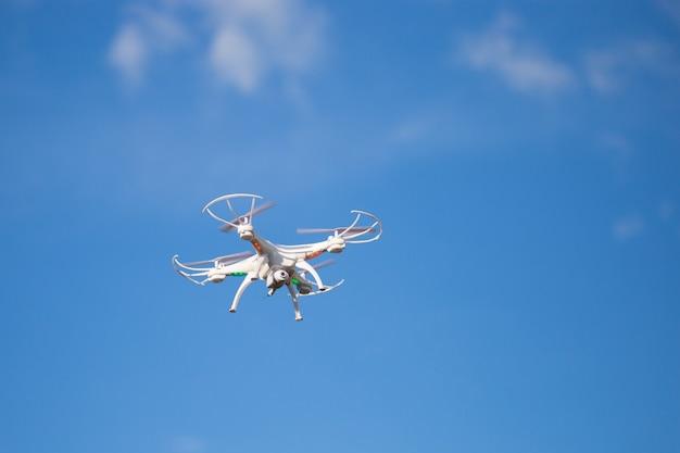 Drohne mit der kamera gegen den blauen himmel