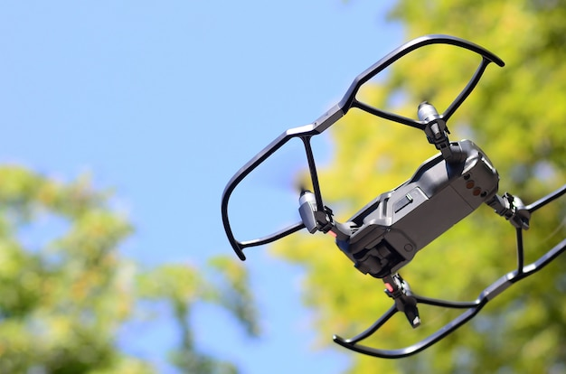 Drohne mit fotoapparat vom land abheben und fliegen, um luftbild zu machen