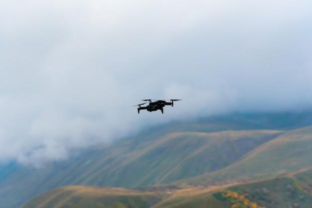 Drohne schießt die herbstberglandschaft in den bergen von gudauri, georgia.