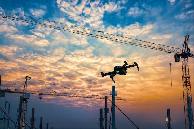Drohne über baustelle bei sonnenuntergang