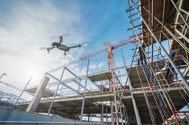 Drohne über baustelle zur überwachung oder industriellen inspektion