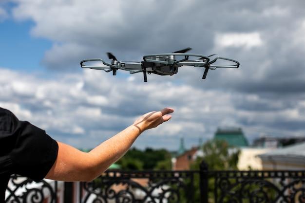 Drohne und fotograf man hands.drone copter fliegen mit digitalkamera