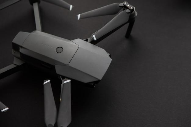 Drohnen-kopter auf dunklem hintergrund
