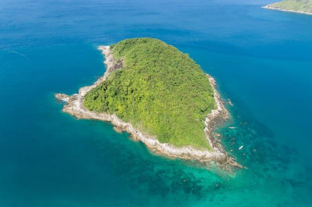 Drohnen-luftbildaufnahme des tropischen meeres im sonnigen tag mit schöner kleiner insel im meer bei phuket-insel thailand.