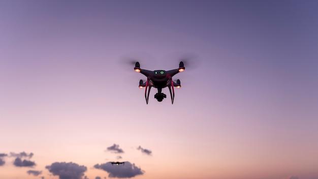 Drohnen quadcopters mit hochauflösender digitalkamera drohne fliegt im sonnenuntergang