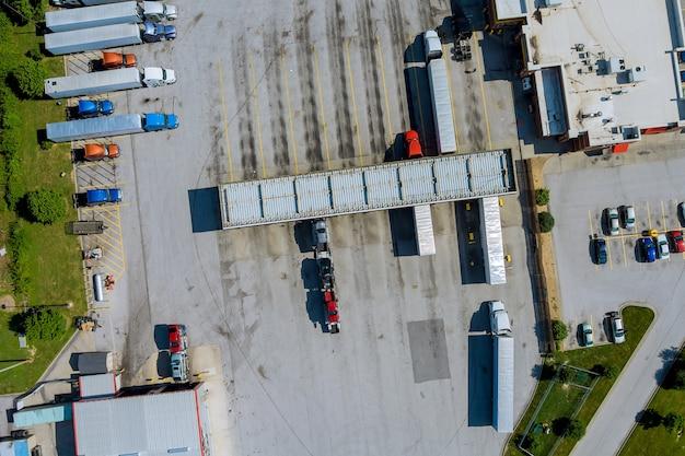 Drohnenansicht der großen lkws an der tankstelle der autobahn in den usa