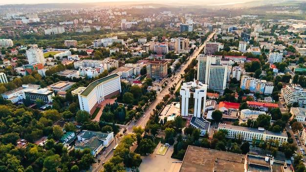 Drohnenansicht der innenstadt von chisinau panoramaansicht mehrerer gebäude parlament