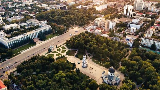 Drohnenansicht der innenstadt von chisinau panoramaansicht mehrerer gebäude