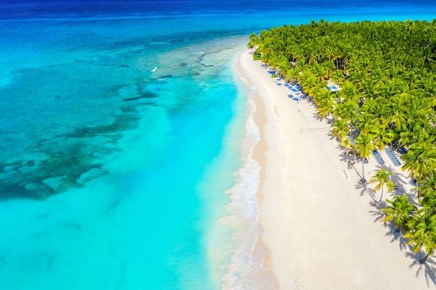 Drohnenansicht des karibischen tropischen inselstrandes