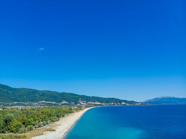 Drohnenansicht des meeres in asprovalta-dorf griechenland