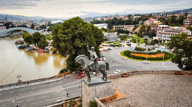 Drohnenansicht von tiflis georgien bei bewölktem wetter vakhtang gorgasali statue kura river