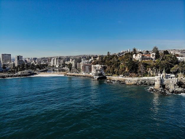 Drohnenaufnahme der küste von vina del mar mit einer kleinen burg, einem restaurant und einem fluss