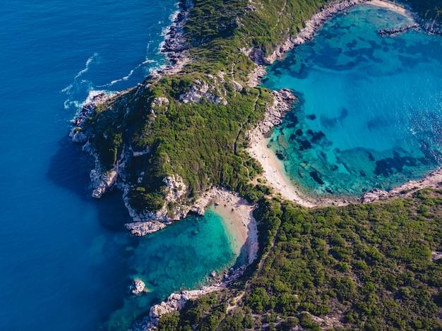 Drohnenaufnahme des atemberaubenden ufers von porto timoni mit tiefem tropischen blau und klarem türkisfarbenem meer