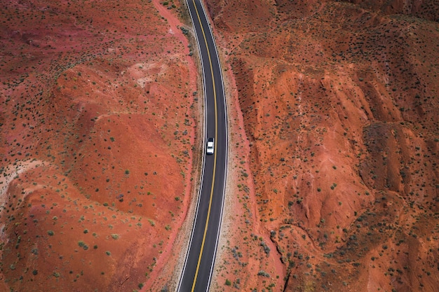 Drohnenaufnahme einer wüstenstraße