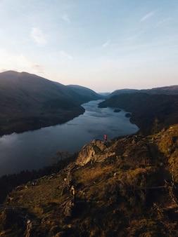 Drohnenaufnahme von raven crag und thirlmere reservoir im lake district in england