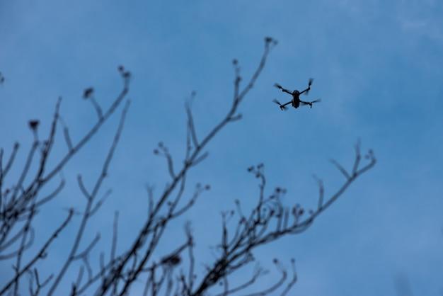 Drohnenfliegen im blauen himmel