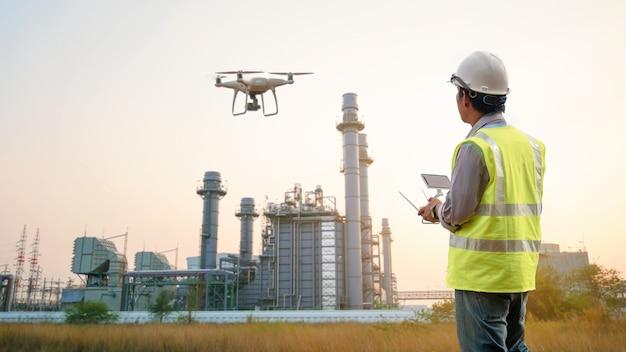 Drohneninspektion. betreiber, der baugebäudeturbinenkraftwerk kontrolliert