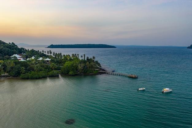 Drone schoss das luxus-, aber eco community resort und hotel auf dem berg in kohkood island im osten thailands.