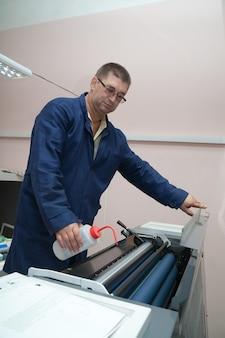 Drucker arbeiten bei offset-maschine