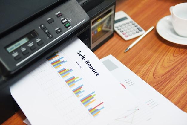 Drucker, der geschäftsberichtverkauf und stapel von dokumenten druckt, berichten diagrammdiagramm auf einer tabelle im büro