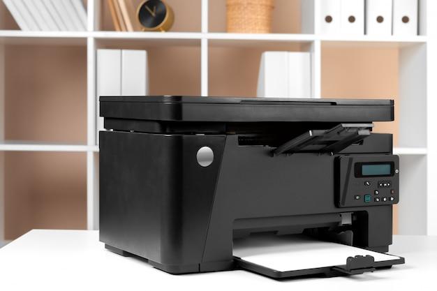 Drucker, kopierer, scanner im büro. arbeitsplatz.