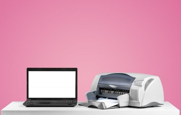 Drucker und computer, bürotisch