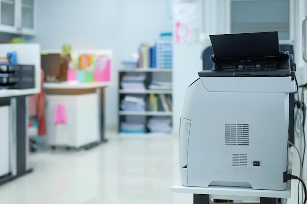 Druckerscanner oder laserkopiermaschine im büro