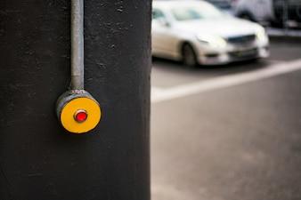 Druckknopf am Fußgänger. Taste drücken, um zu kreuzen. Straße, Straße, Autobahn