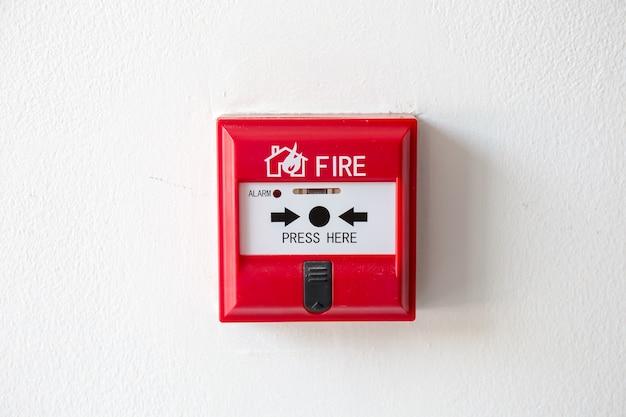 Druckknopfschalter feuermelderkasten auf zementwand für warn- und sicherheitssystem